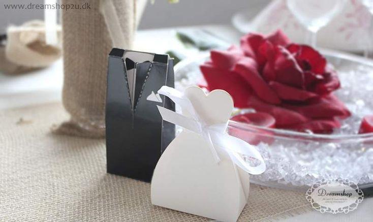 Bryllup favor æske - brudepar med brudekjole favor æske og smoking favor æske - Wedding dress and smoking favour box bland white.
