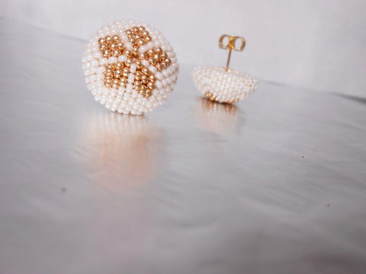 Fiore dorato - Orecchini a perno al peyote - Orecchini a bottone - Oro e avorio by Calliphorabeads on Etsy