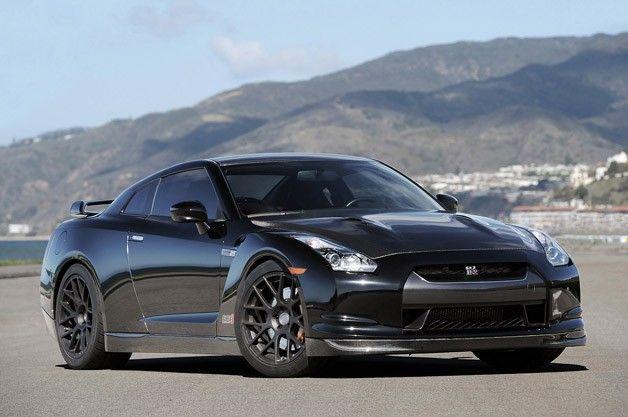 【ギャラリー】2012 AMS Alpha 12 GT-R First Drive Photos41 愛車が軽自動車であろうが、647psのシボレー「コルベットZR1」であろうが、ステアリングを握る度、もっとスピードが欲しいと思うのは車好きなら当然のことだろう。しかし、持て余すほどのパワーを備えた愛車を所有していたら、その欲求は治まるのだろうか? この疑問に答えを出すべく、米シカゴを本拠地とするチューニング・ハウス「AMSパフォーマンス」がR35型日産「GT-R」をベースにチューンした「ALPHA 12」に試乗したので、今回はその詳細をたっぷりお届けしよう。 ALPHA 12の0-1/4マイルは8.975秒で、その時の速度は272.6km/h。そんな怪物のような車を生み出したのは、2001年にシカゴ郊外のアーリントンハイツに開業したチューニング・ハウス「AMSパフォーマンス」だ。同社が初めて手掛けた車の1つは、2.3リッター・ターボ・エンジンを搭載したフォード「メイクールXR4Ti」。それ以降は三菱「ランサーエボリューションVIII」や日産「240SX」など...