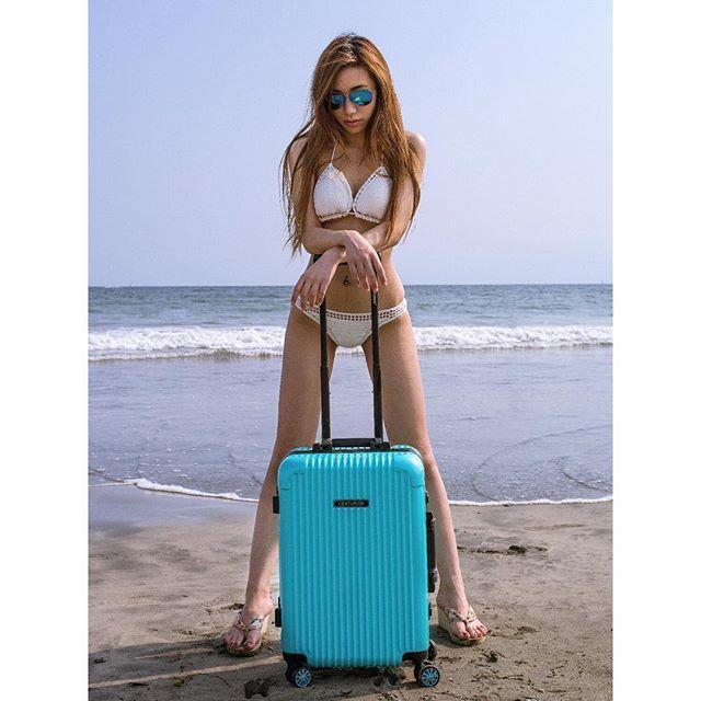 【yuna0823】さんのInstagramをピンしています。 《有言実行! 去年に海で失敗した思い出をリベンジできました。 今まで人生の中で、#水着姿 のピクが来ました ちなみに、このティファニーブルー は本当に好き #tiffanyblue #carriebag #CENTURION #広告撮影 #撮影風景 #kamakura #bikini #海 #鎌倉 #由比ヶ浜 #ビーチ #sunset #beach #seaside #modeling #撮影 #モデル #日焼け肌 #海が好き #海風が好き #もうクラゲが出てきちゃうよ #波にさらわれたい #アウトドア #sunshine #モノクロ #旅行 #traveler #travel #旅人》