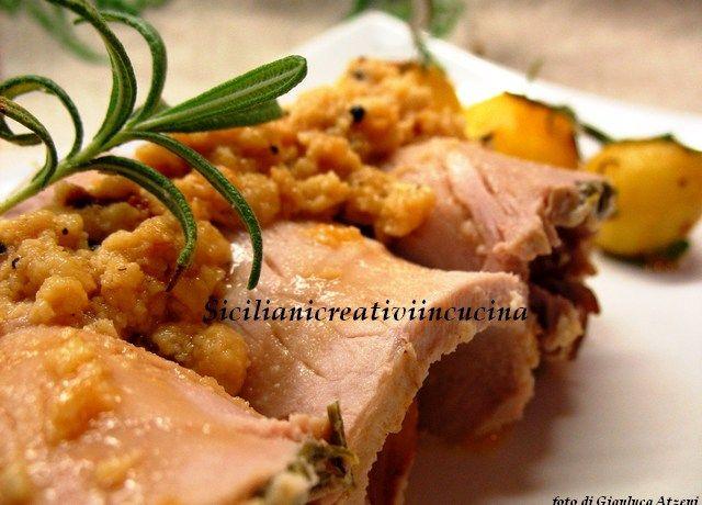 Amanti del maiale, questa è la vostra ricetta. Un piatto facilissimo da preparare, saporito, si presenta bene ed è ottimo anche l'indomani, anche se è difficile che avanzi: maiale al latte e …