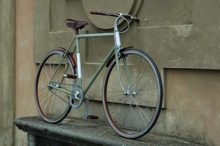 Bicicletta singlespeed con componenti in mogano. Single speed bicycle with mahogany components