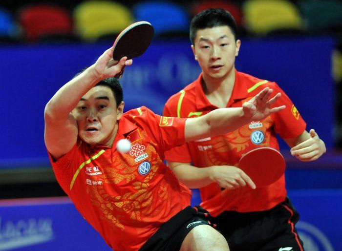 Les joueurs de l'équipe chinoise, Ma Long et Wang Hao, contre l'équipe de la République de Corée lors de la demi-finale du double messieurs du championnat asiatique de tennis de table, le 29 février à Macao