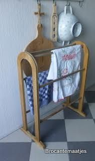 Ach, wat leuk. Een oud houten handdoekenrek. Heel decoratief in badkamer of keuken. Franse brocante. Verkocht.
