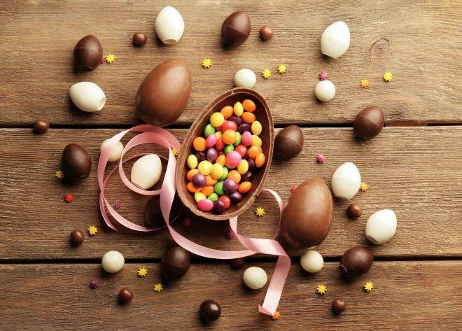 Partiamo da una premessa: per quante uova di cioccolata di Pasqua possiate avere, io voto sempre per mangiare il cioccolato così com'è, senza riciclarlo. Mettiamolo da parte per quando i bambini dormono, per mangiarlo da soli! ;) Considerate che il cioccolato può essere congelato: potete tagliarlo a pezzi, metterlo nei sacchetti freezer e congelarlo. In questo modo potete mangiarlo dopo che l'avrete lasciato a temperatura ambiente per una mezzora, oppure usarlo all'interno delle v...