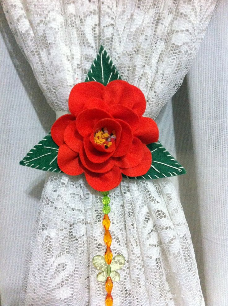 Par de Prendedor de Cortinas com rosas de Feltro, consulte a disponibilização das cores.
