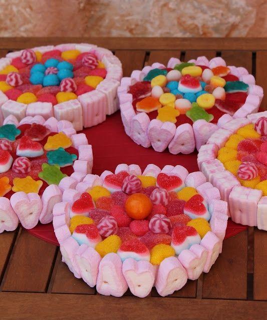 ¿Con cuál de estas tartas te quedas? ¡yo con todas! En las tartas de chuches para niños puedes elegir todos los caramelos que más te gusten y hacer unas tartas de gominolas con una gran variedad de colores e ingredientes, tanto para regalar como para colocar una mesa de gominolas en la boda.