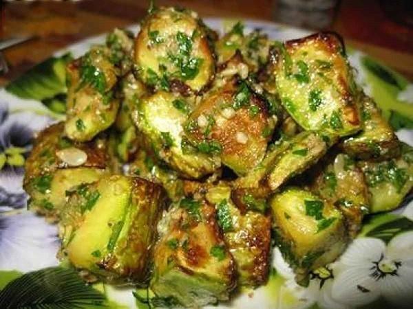 Вот уж какой овощ поистине универсален, так это кабачок! Как только его не готовят: и тушат, и варят, и жарят, и запекают, и даже варенье делают…  Представляем вам рецепт блюда из кабачков с просто фе…