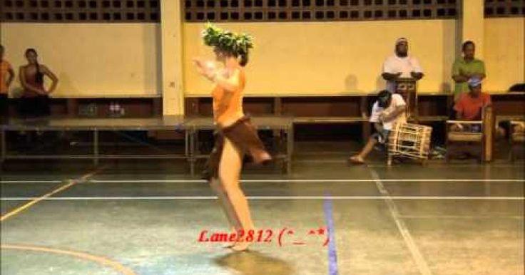 """Moena Maiotui fué catalogada como una de las mejores bailarinas dentro delOri Tahiti Maratón organizado por el RAIATEA """"Stroumffs"""". En este video muestra una improvisación en donde los tambores guían sus movimientos. Definitivamente todo un arte de la danza, que incluye diferentes movimientos de pies, piernas, cadera, cintura, brazos y expresiones en general. Un baile muy femenino y bello, pero del mismo modo bastante sensual y atractivo en una mujer."""