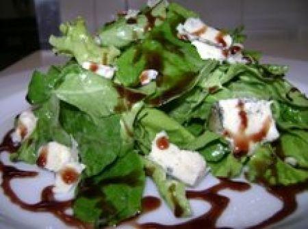 Gorgonzola com espinafre e redução de vinho - Veja como fazer em…