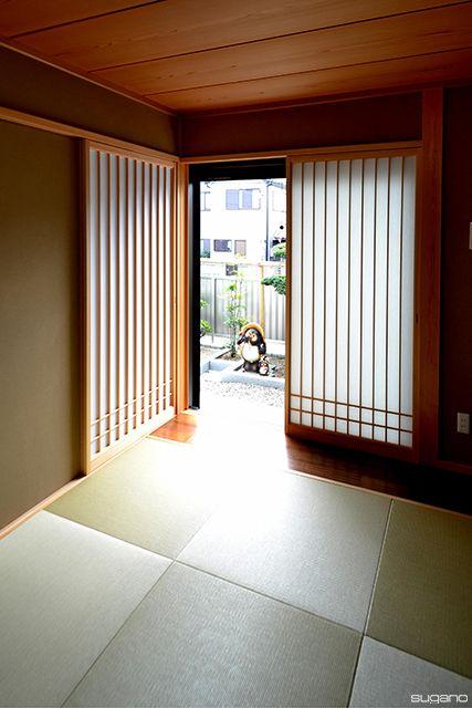 シンプルな和室。左の障子の向こうにはLDK。#和風住宅 #住宅 #家づくり #障子 #琉球畳 #畳コーナー #新築 #和室 #設計事務所 #菅野企画設計
