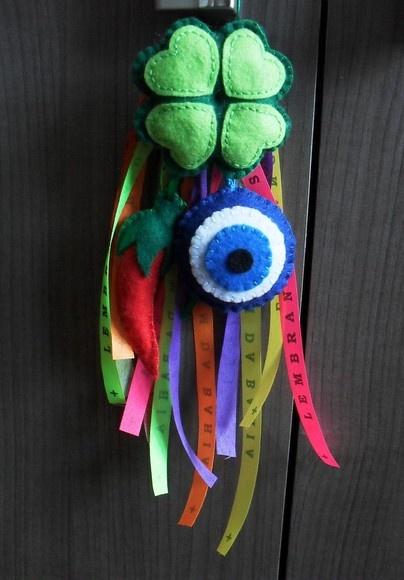 Mobile com símbolos (olho grego, trevo e pimenta) em feltro e 6 fitinhas do Bonfim (cores variadas). R$20,00