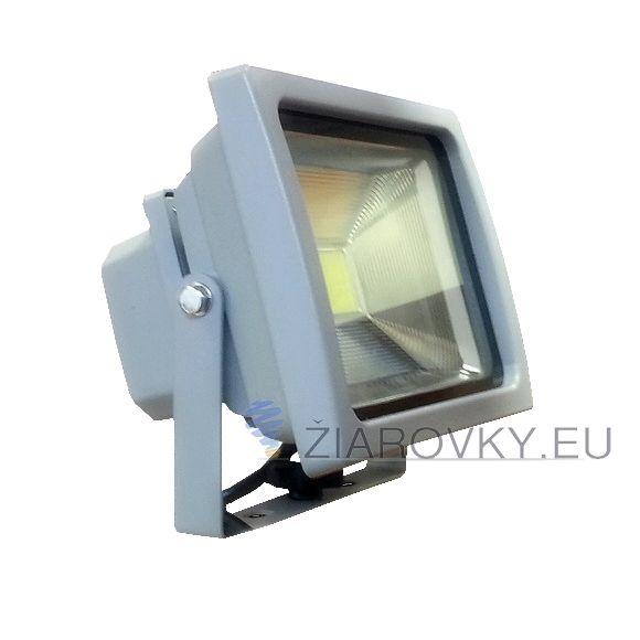 LED reflektor – 20W je exteriérové svietidlo na osvetlenie vonkajších alebo vnútorných priestorov. Reflektor je vybavený najúspornejším svetelným zdrojom LED, ktorý ma doteraz neprekonanú životnosť až do 30 000 hodín. Reflektory značky V-TAC sú oproti iným klasickým LED reflektorom na vysokej úrovni. Poskytujú kvalitnejší driver a čip. Vylepšená odrazová plocha slúži na optimálny rozptyl svetla. Vysoký index podania farieb.