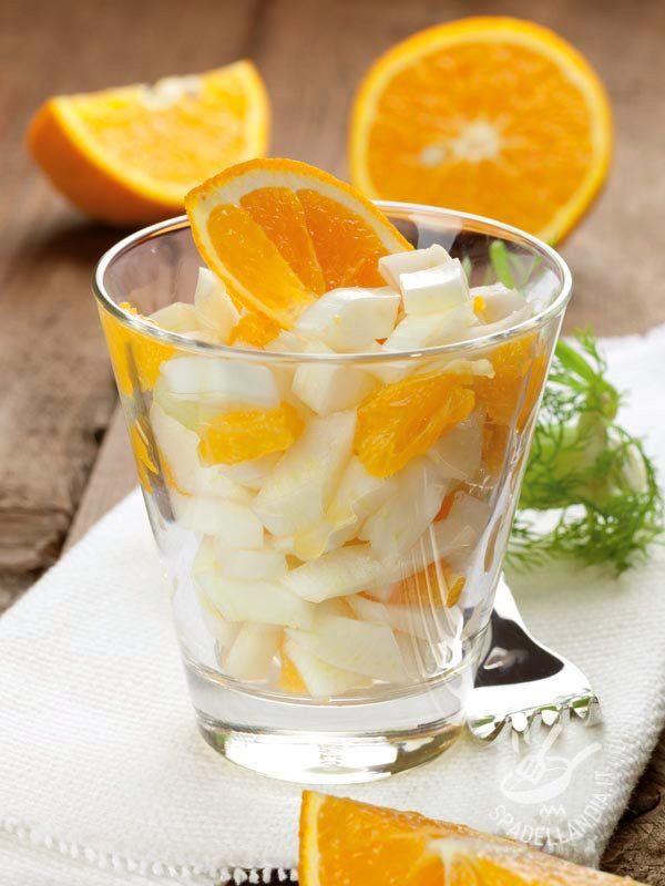 Fennel salad and oranges - Se state seguendo una alimentazione a basso impatto calorico e disintossicante questo è il piatto che fa per voi: Insalata di finocchi e al succo d'agrumi! #insalatadifinocchierance