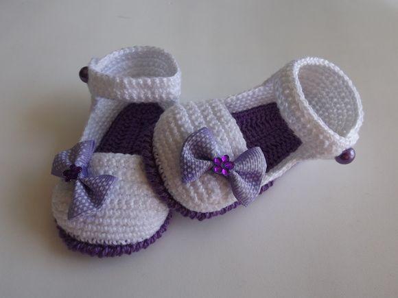 sapatinho feito em croche , cores a criterio do cliente   tamanhos:0 a 3 meses,3 a 6 meses e 6 a 9 meses!!!  informar o tamanho no ato da compra! R$ 22,00