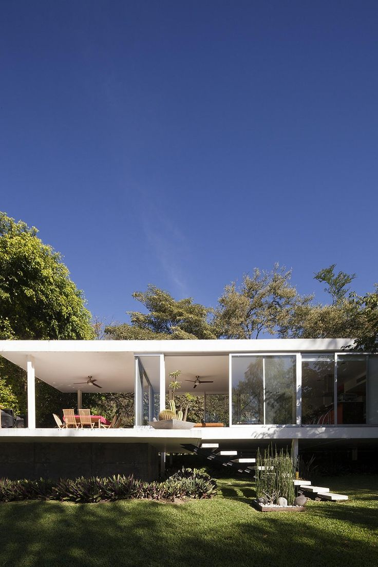 A Farnsworth inspired Weekend House on the Edge