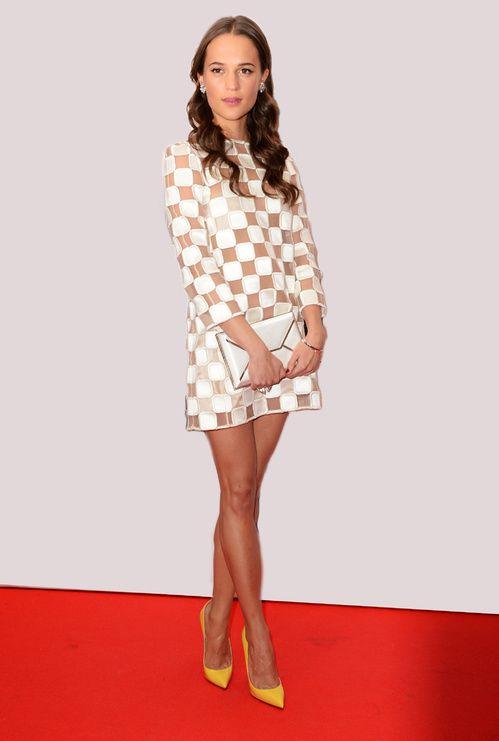 Alicia Vikander en robe Louis Vuitton à Londres, en février 2013