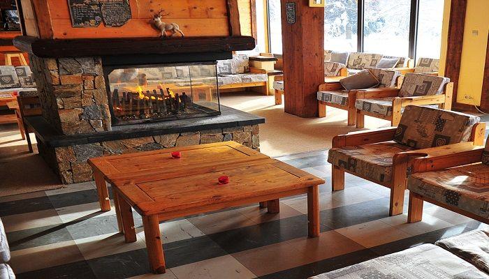 Espace salon près de la cheminée pour passer des moments conviviaux en famille ou entre amis.  #vacancesenfamille #alpesduléman #montagne