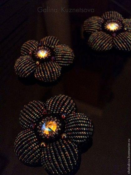 """Брошь """"В сумерках..."""" черно-радужная, цветок - чёрный,черно-радужный,радужный"""