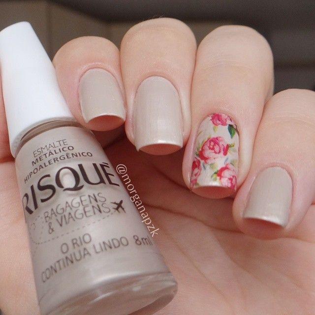 Nude nails. Nail art. Flowers nail design. Polishes. Polish. Esmalte O Rio Continua Lindo da Risqué e película da loja Estilo Rosa. Instagram by @morganapzk. http://morganapzk.com.br/2014/11/13/o-rio-continua-lindo-risque/
