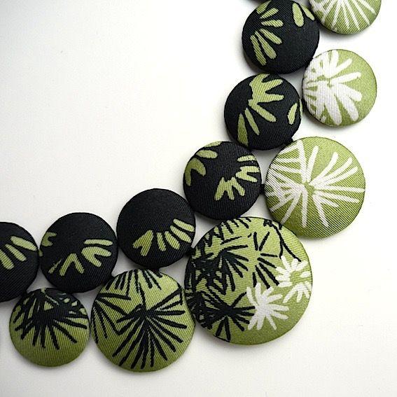Boutons recouverts de soie (foulard ancien), reliés à la main par du cordonnet noir, et fermés par une agrafe textile. Dos en satin noir. Longueur ...