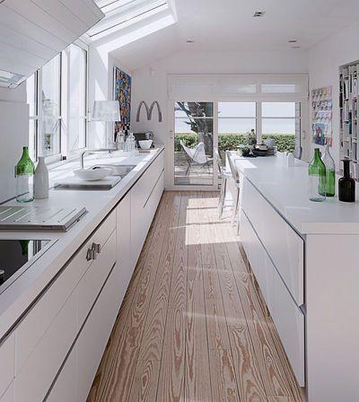 Esthétique, simple et fonctionnelle avec tous ces casseroliers ; le parquet en bois massif ramène de la chaleur à la pièce