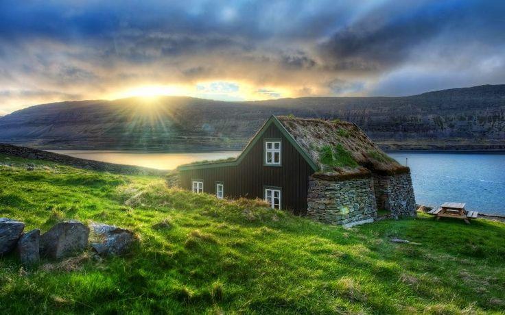 Volkanlar ve Buzullar Ülkesi – İzlanda: Üç katlı bir bina düşünün…Çatı katında  hala tüten volkanlar, orta katta siyah volkanik kumlu sahiler, buzullar, şelaleler, yeşil çimlerde gezinen atlar, otlayan koyunlar, zemin katta ise fokurdayan yer….İşte İzlanda'nın tek bir cümle ile özeti.