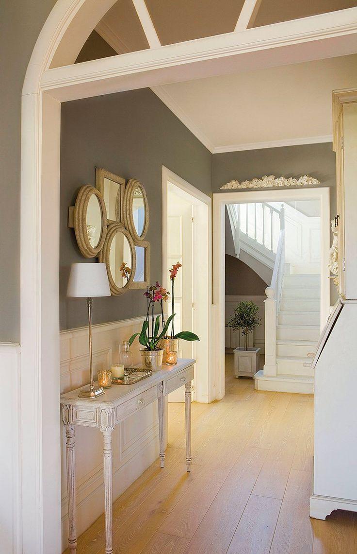 Dúo bicolor en la entrada  La decoradora Asun Antó ha utilizado buenos recursos para atrapar la luz de la escalera y llevarla al recibidor. ...