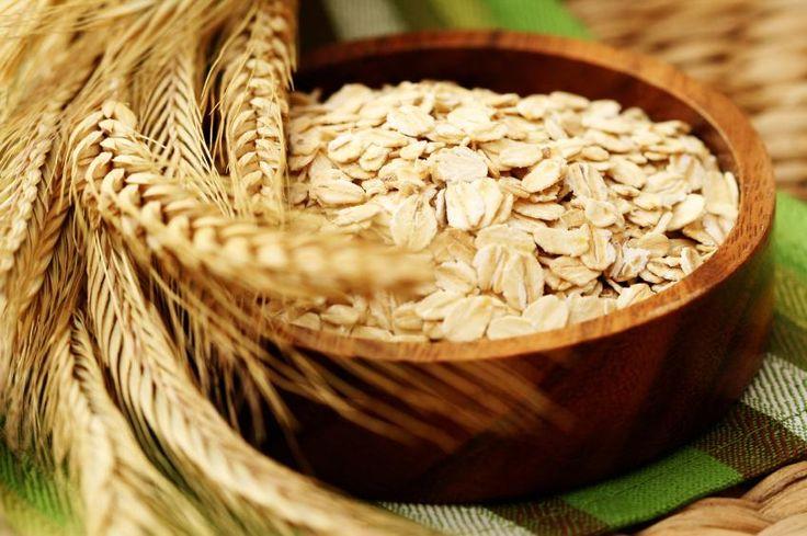 Cómo hacer un baño de avena. Debido a las muchas propiedades de este cereal, los baños de avena son popularmente utilizados para disminuir la sensación de comezón y la inflamación que se produce en nuestra piel cuando padecemos e...