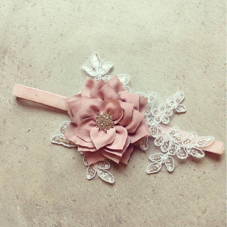 Fersken farvet frostet hårbånd med smuk blonde applikation og gammelrosa blomst