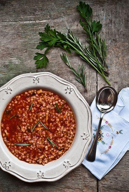 Fregola Sarda e pollo arrosto alle erbe aromatiche Sardinian pasta with roast chicken and herbs.