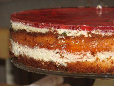 Przepis na biszkopt z kremem maślano-jabłkowym i galaretką z malinami. Żółtka oddzielić od białek. Białka ubić na sztywną pianę, dodać 3 łyżki cukru pudru i jeszcze chwilę ubijać. Żółtka utrzeć ze szklanką cukru pudru.