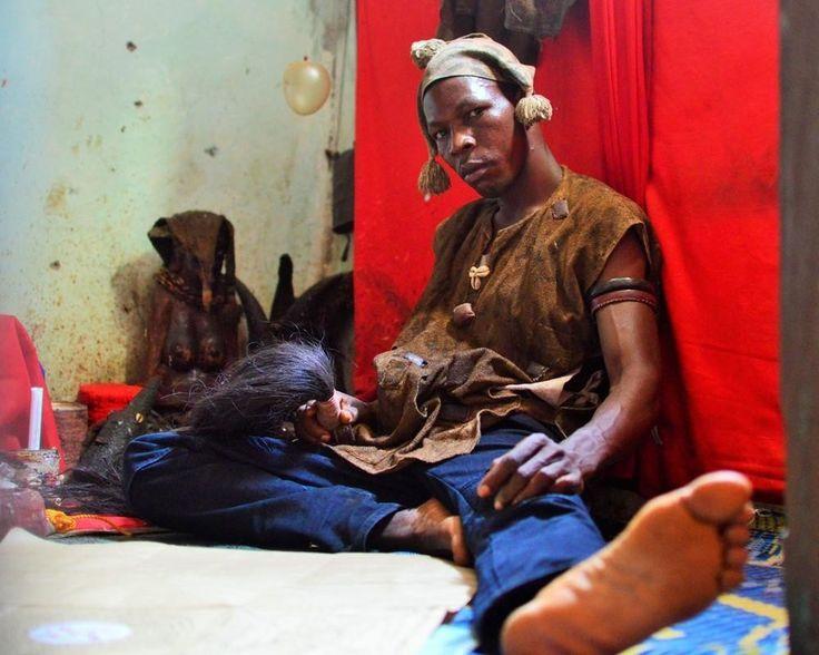 Magia e feitiços da morte: fotos da minha semana com os curandeiros de Serra Leoa | VICE | Brasil