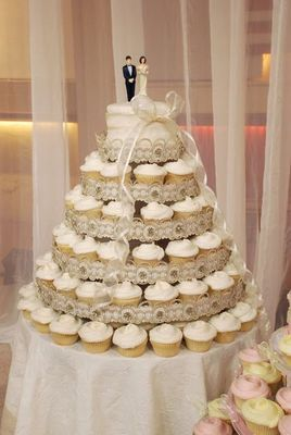 A large cupcake tree with a small cake on top for your cake cutting moment!