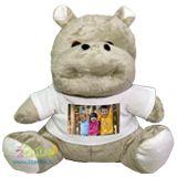 Un bellissimo e morbidissimo peluche a forma di ippopotamo che indossa la t-shirt con su stampata la foto del tuo bambino!