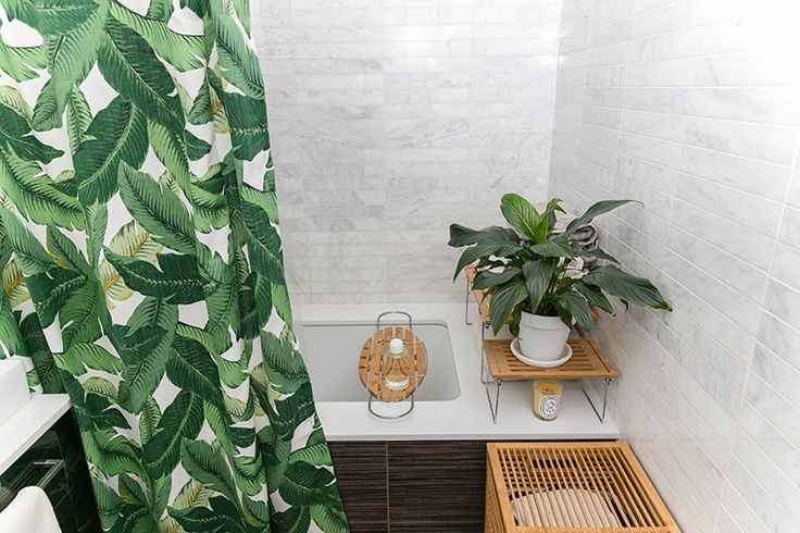 Nice tropical bathtub with tropical curtain. I believe the palms pattern will be a big trend.