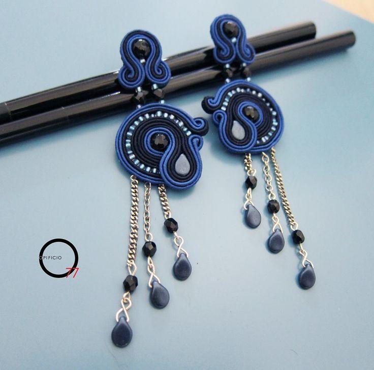 Orecchini soutaches blu cobalto e blu scurissimo, perle in onice nero, perline rocailles, cristalli e gocce in vetro satin.