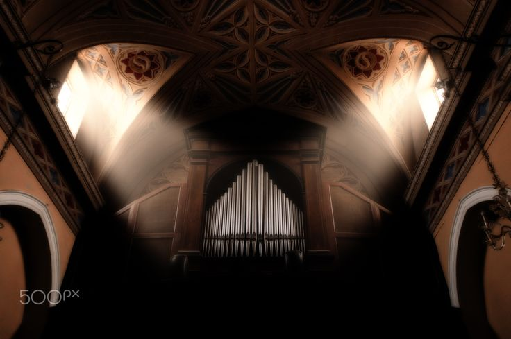 light on the orgue - the light filtering through the windows ...