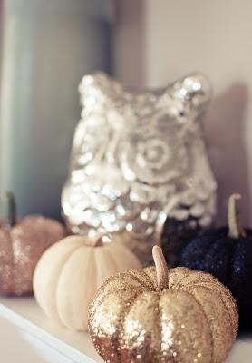 Glitter pumpkins. Perfect for an autumn wedding!
