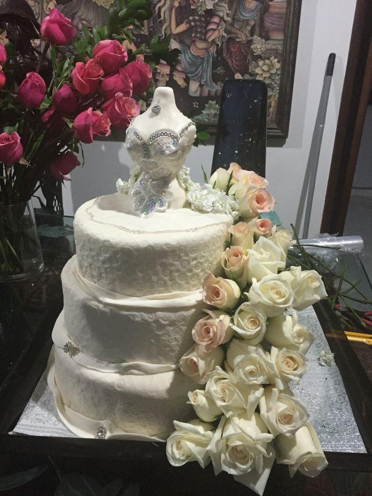Ponque de novia con rosas