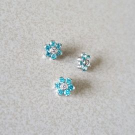 Bloem van Ti6Al4VEli Titanium6 zirkonias van 1mm in mint kleur omrinmgen een wit zirkonia steentje van ook 1mmSamen vormen zij een bloem van 5mm.deze zijn geschikt voor internally threaded sieraden waarvan het staafje 1.2mm dik is.Bij de meeste mensen dus voor medusa, kraakbeen, oorbellen, monroe...Veel opties.Ook in andere kleuren mogelijk op bestelling.