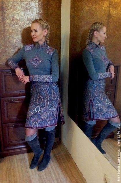 Платье `Царское`, расшитое бисером.. Комплект: платье из шерстяного трикотажа с аппликацией на груди, плечах и рукавах из павловопасадского палантина 'Царский', украшенное бисером, и юбка из того же палантина. По бокам у платья и у юбки имеются глубокие разрезы.