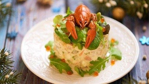 Салат из креветок с добавлением огурцов, яиц и других морепродуктов: кальмаров и малосольной красной рыбы. Ингредиенты и описание рецепта.