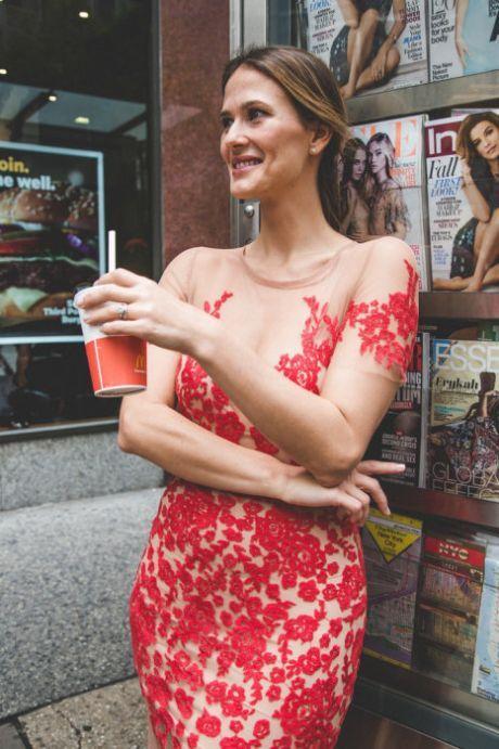 """Смелый эксперимент: девушка прошлась по улицам своего города в «голом» платье Девушка отважилась на смелый эксперимент и прошлась по улицам своего города в так называемом «голом» платье.        Не так давно красные ковровые дорожки известных мероприятий заполонили так называемые """"г…"""