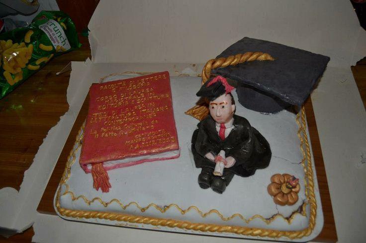 #torta #laurea con #libro, #tocco e #personagginocontunica in #pastadizucchero #pdz #cake #sugarpast #cakedesign #laurea