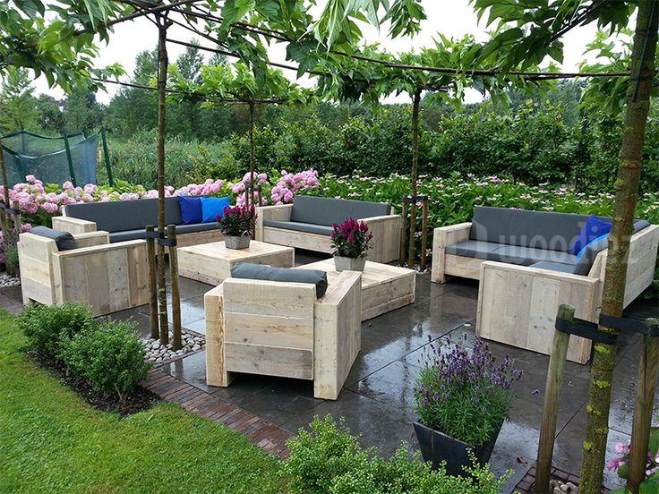 WOODIEZ | Een gezellige hoek in de tuin met steigerhouten loungemeubels. #steigerhouten #loungemeubels #tuininspiratie