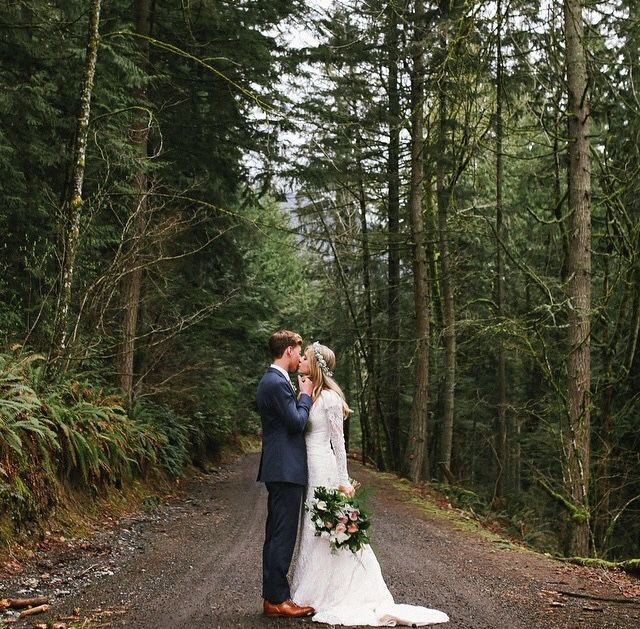 Winter wedding, perfection! Absolutely love this.