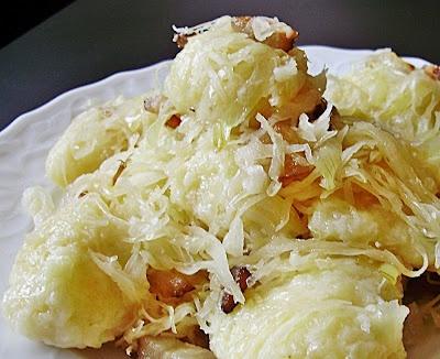 """*Chlupaté knedlíky*   Recept na tento tradičný český ľudový pokrm som tentokrát vyskúšala uvariť podľa """"Učebnice vaření pro vyšší třídy obecných škol a pro školy měšťanské"""" z roku 1937. Ako sa v knihe uvádza, tento recept je špecifický pre kraj českomoravská vysočina."""