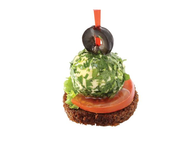 3042. Сырный шарик в зелени на гренке из ржаного хлеба