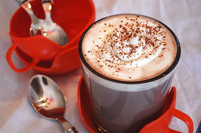 Kardemummachoklad.  Kardemummachoklad  En kopp rykande het choklad är väl aldrig fel. Smakar underbart efter en kylig promenad, en dag i skidspåret eller närhelst man vill lyxa till sin fikastund. Denna variant har smaksatts med kardemumma vilket fungerar superbra ihop med choklad.